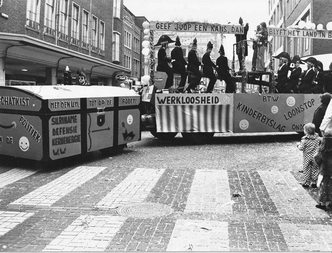 5.-Optocht-seizoen-1975-1976-Joop-die-regelt-het-wel