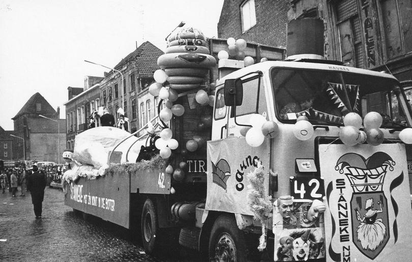 6.-Optocht-1977-1978-het-25-jarig-bestaan-Met-de-kont-in-de-boter