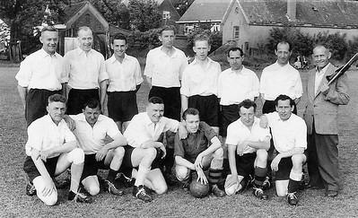 2.-Voetbalteam-St.-Anneke-dat-speelde-tegen-de-Knollenplukkers-in-1957