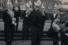 5.-Klaarmaken-voor-de-foto-bij-Kasteel-Heijendaal-in-1960